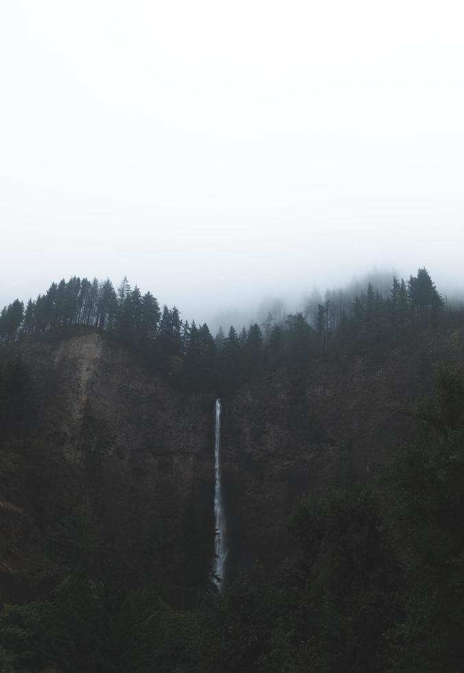 Multnomah cae en un día nublado foto