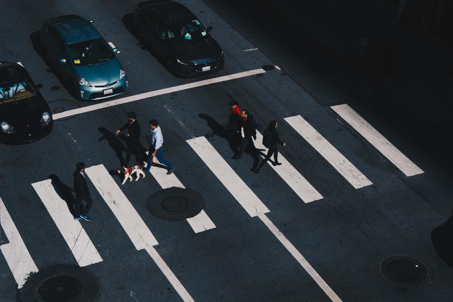 San Francisco, California - gente caminando en el paso de peatones foto