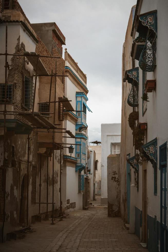kairouan, áfrica del norte, 2020 - casas y callejón foto