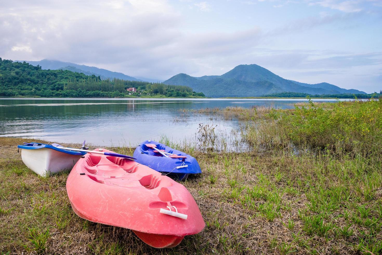 kayak en el lago con fondo de montaña foto