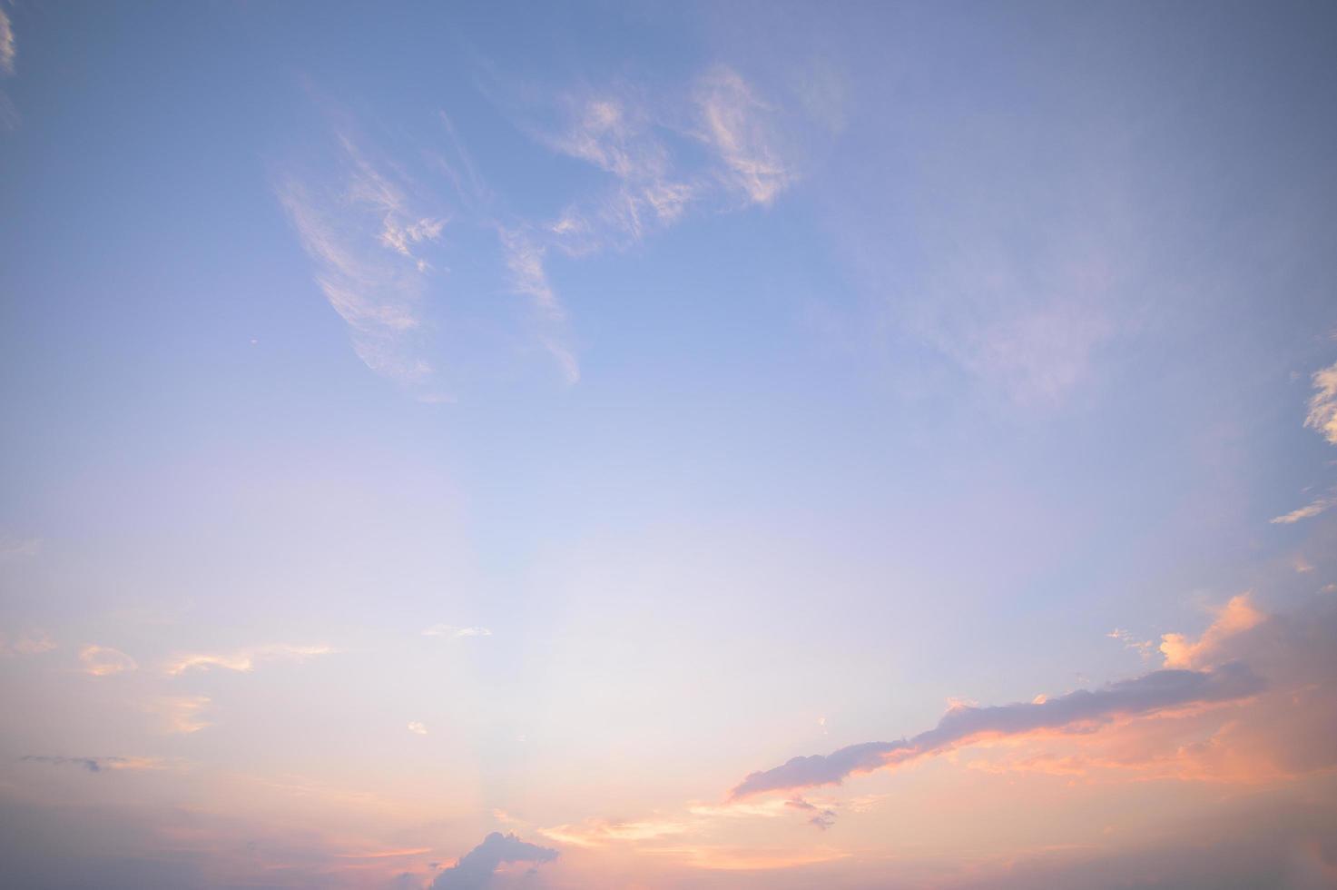 cielo azul y nubes al atardecer foto