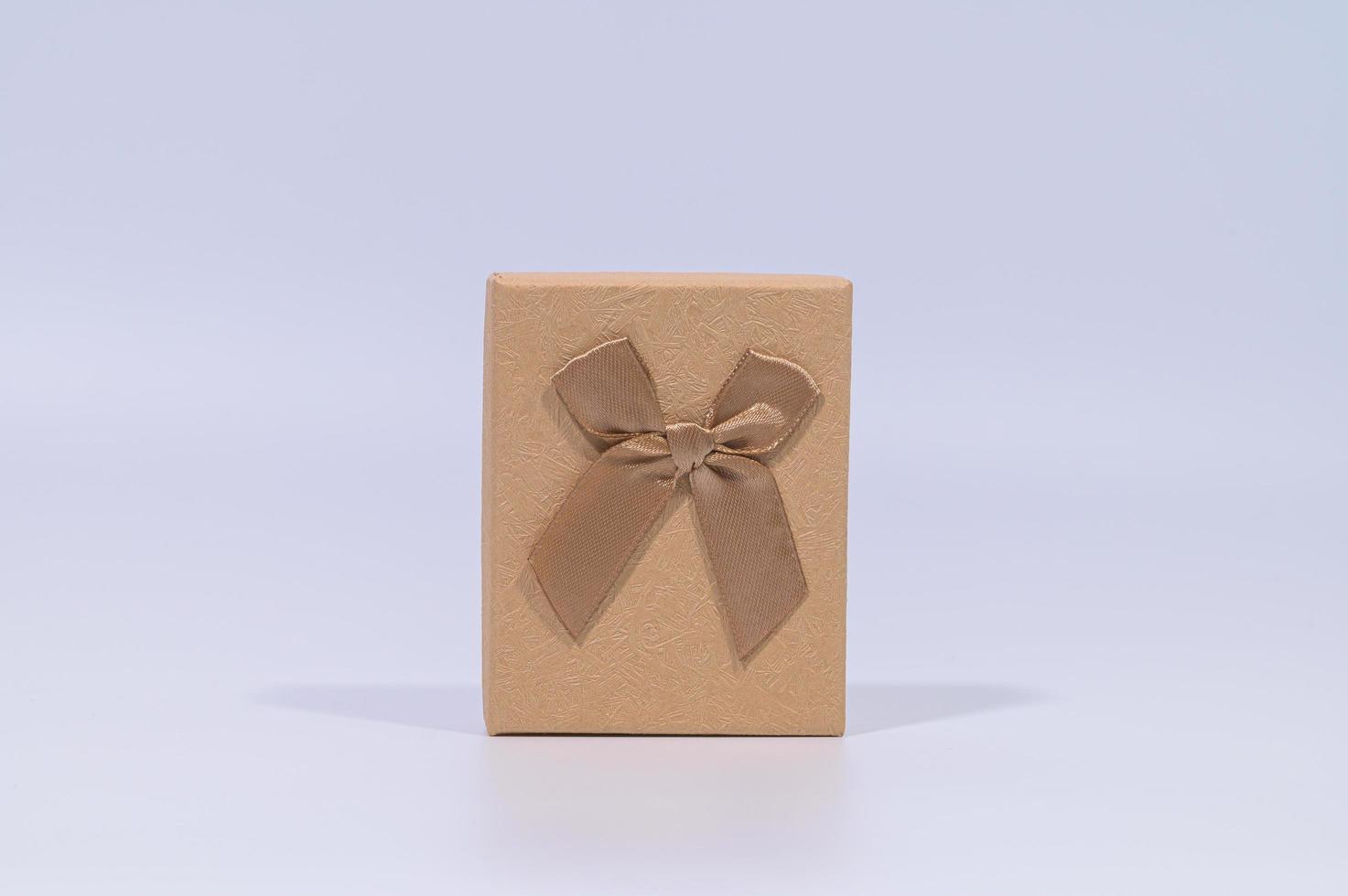 Caja de regalo marrón sobre fondo blanco. foto