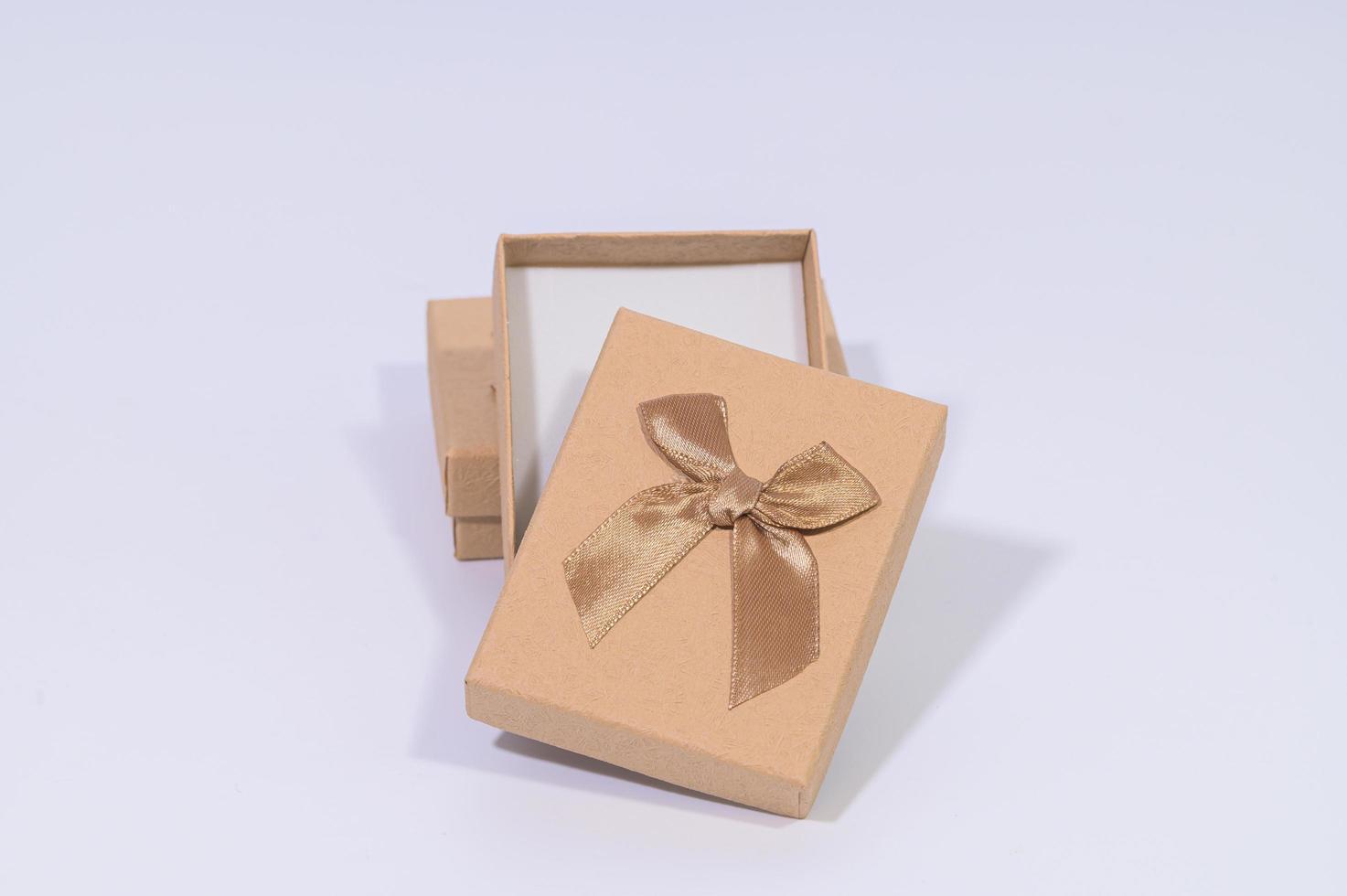 Cajas de regalo marrón sobre fondo blanco. foto