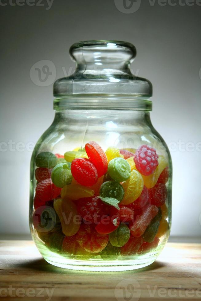 coloridos caramelos duros en un frasco foto