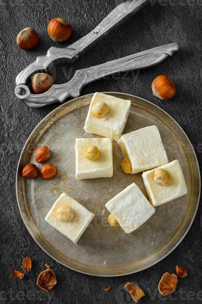 sabrosos dulces orientales orientales o delicias turcas con avellanas. selectivo foto