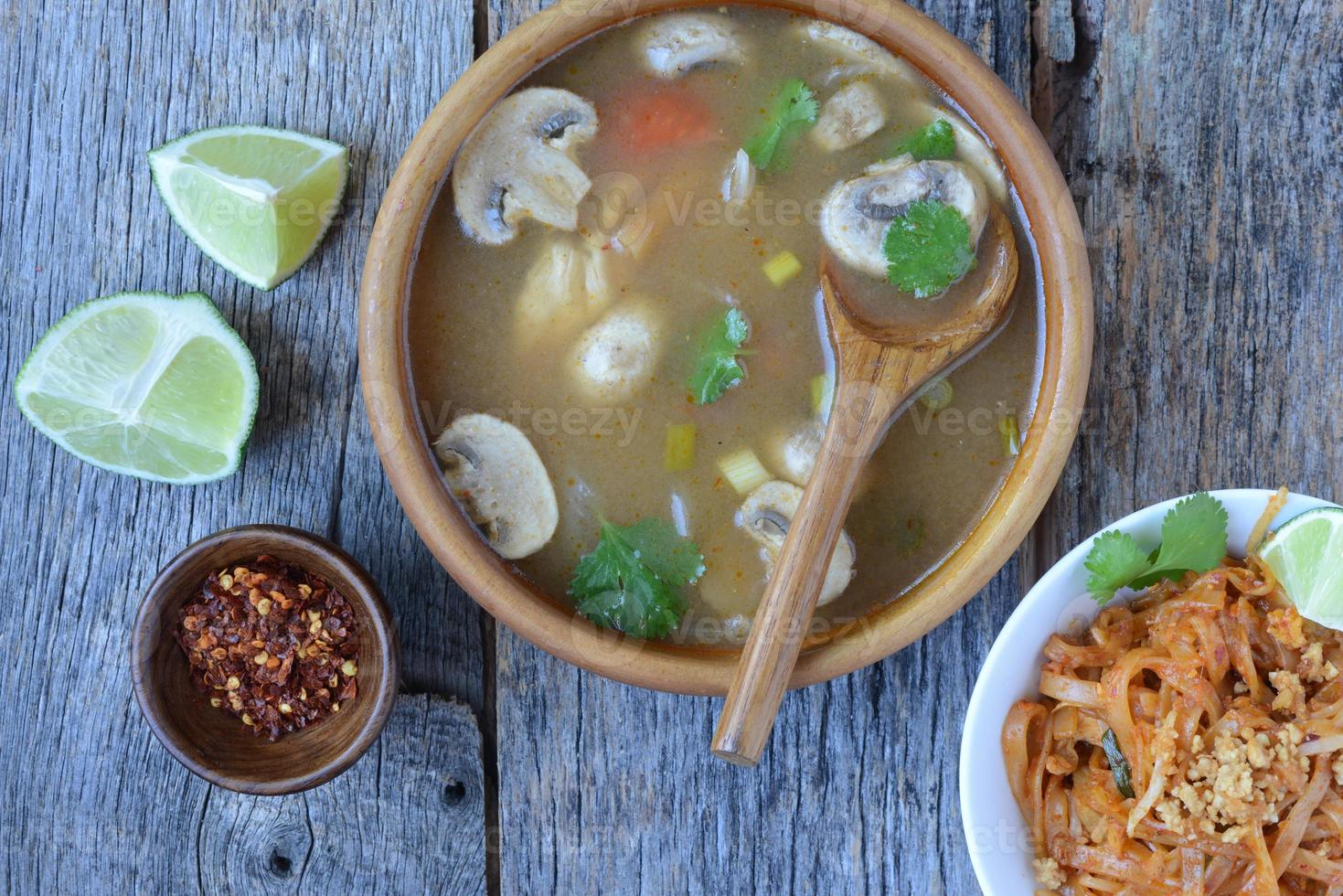 tom yum y fideos de estilo tailandés (cocina tailandesa) foto