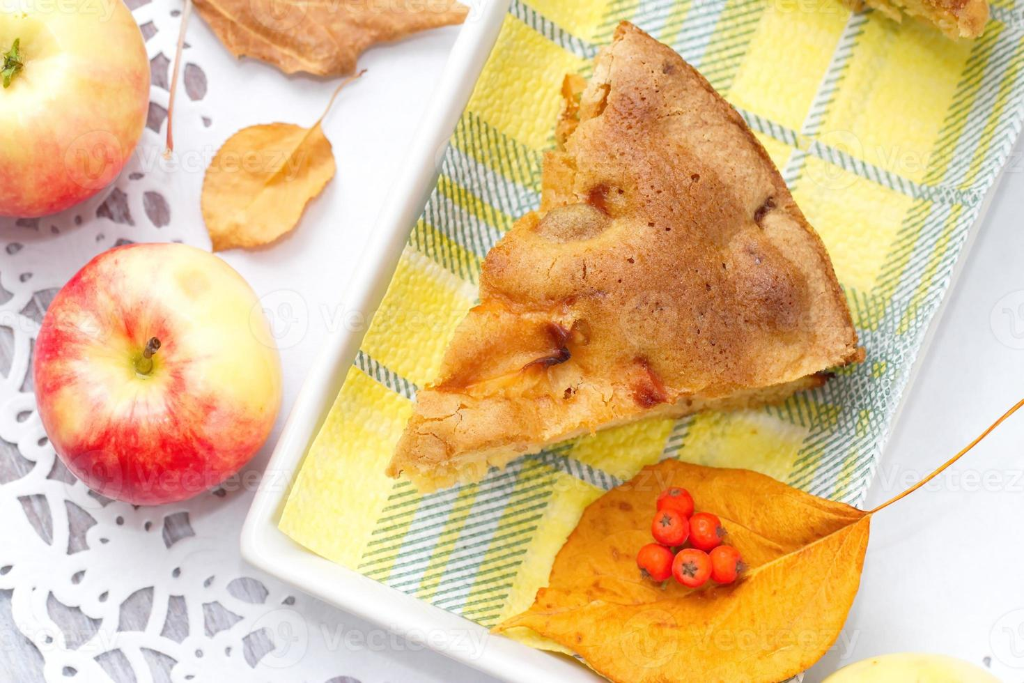 Apple pie and fresh apples photo