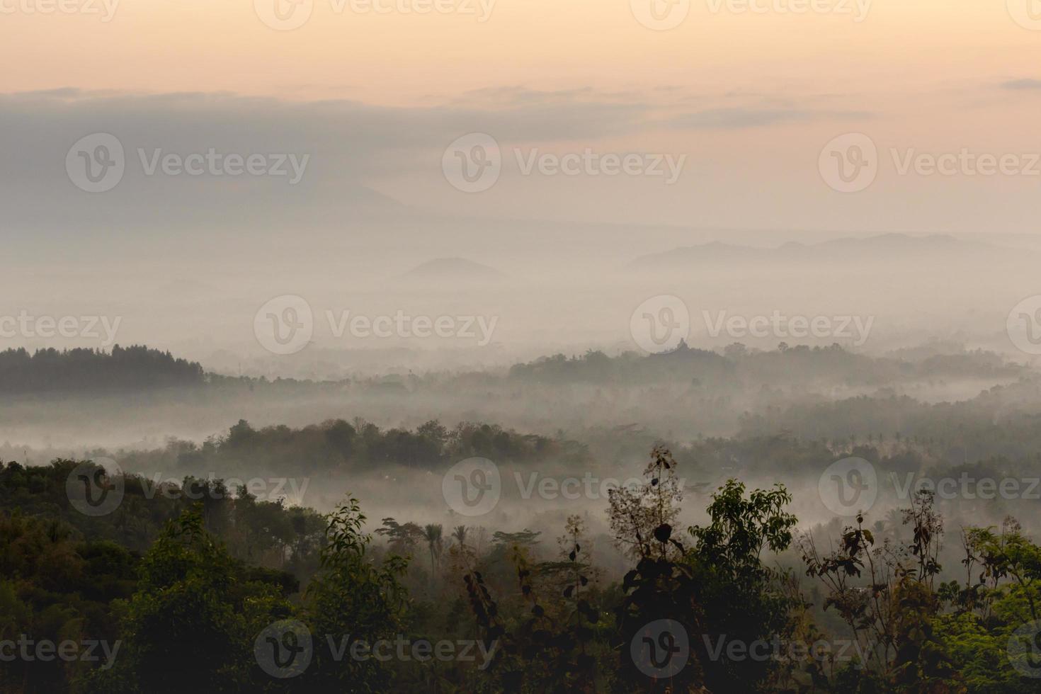 colorido amanecer sobre el volcán merapi y el templo borobudur en mis foto