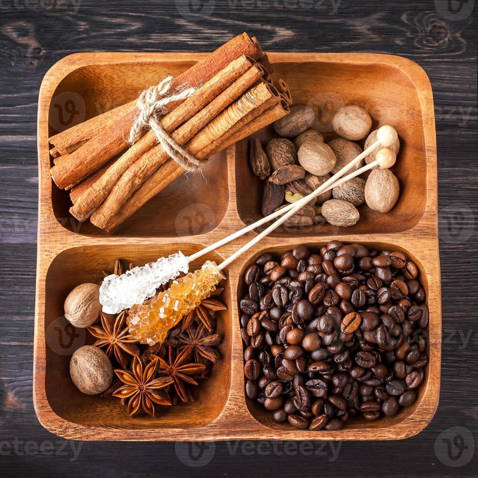 una variedad de especias, azúcar y café foto
