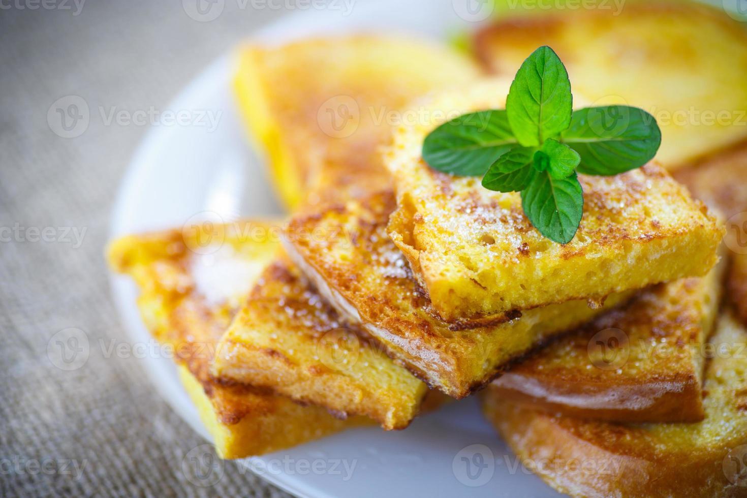 tostada dulce con huevo frito espolvoreado foto