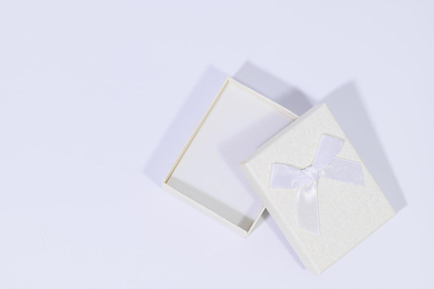 cajas de regalo sobre fondo blanco foto