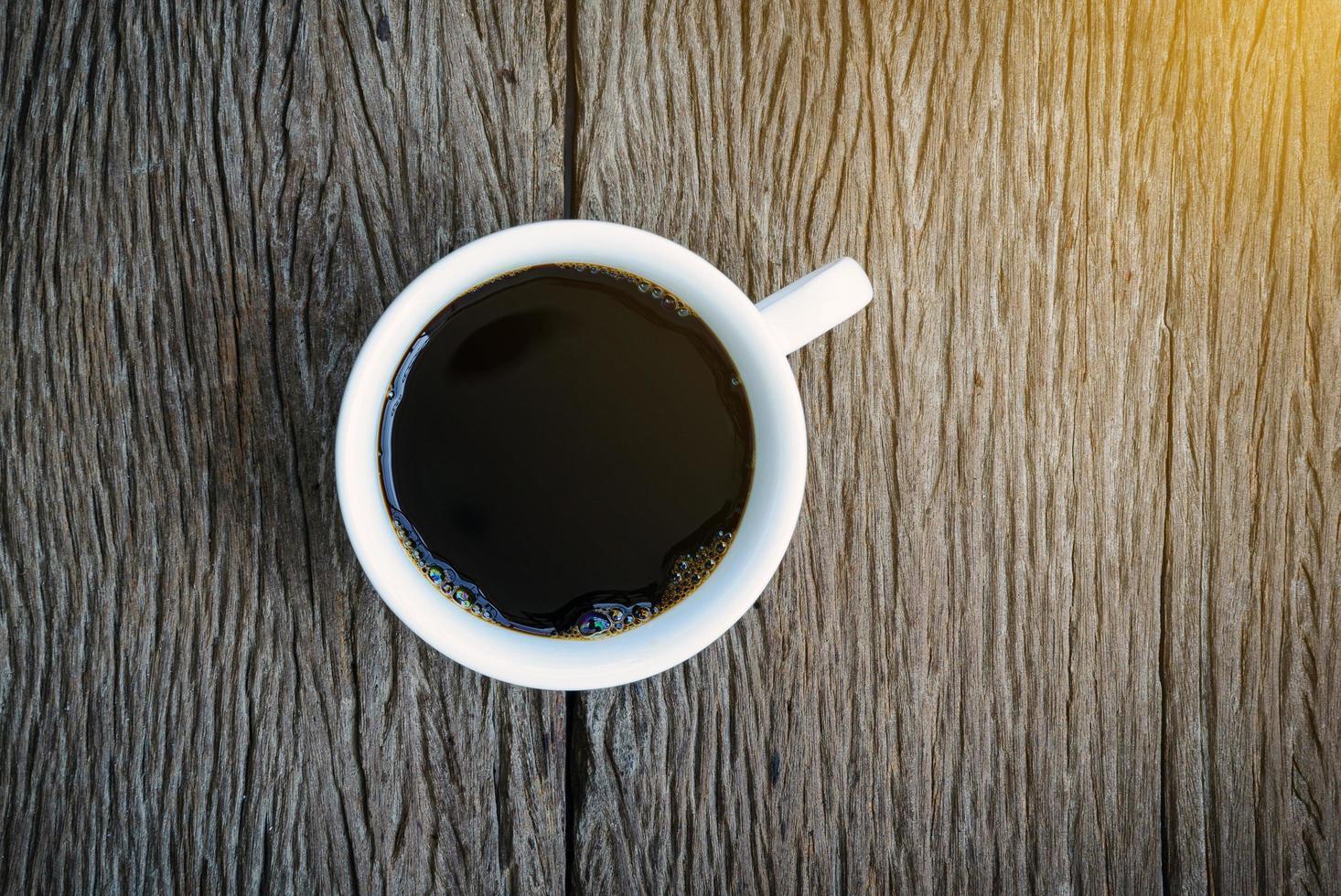 Vista superior del café sobre fondo de madera foto