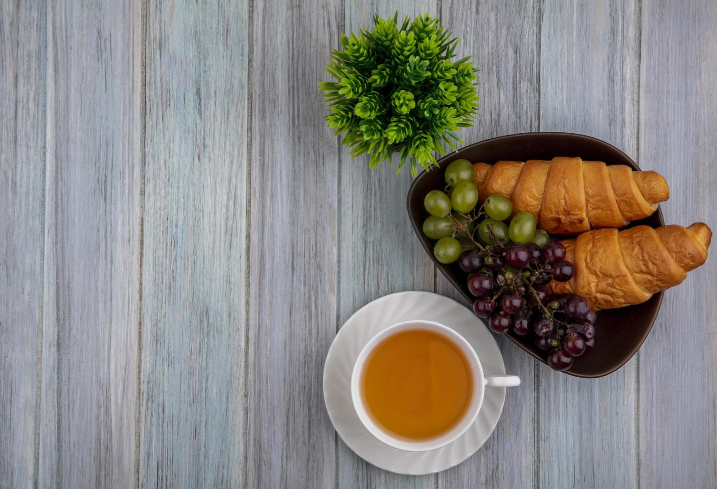 Fotografía de alimentos laicos plana de una taza de té con pan y bayas con espacio de copia foto