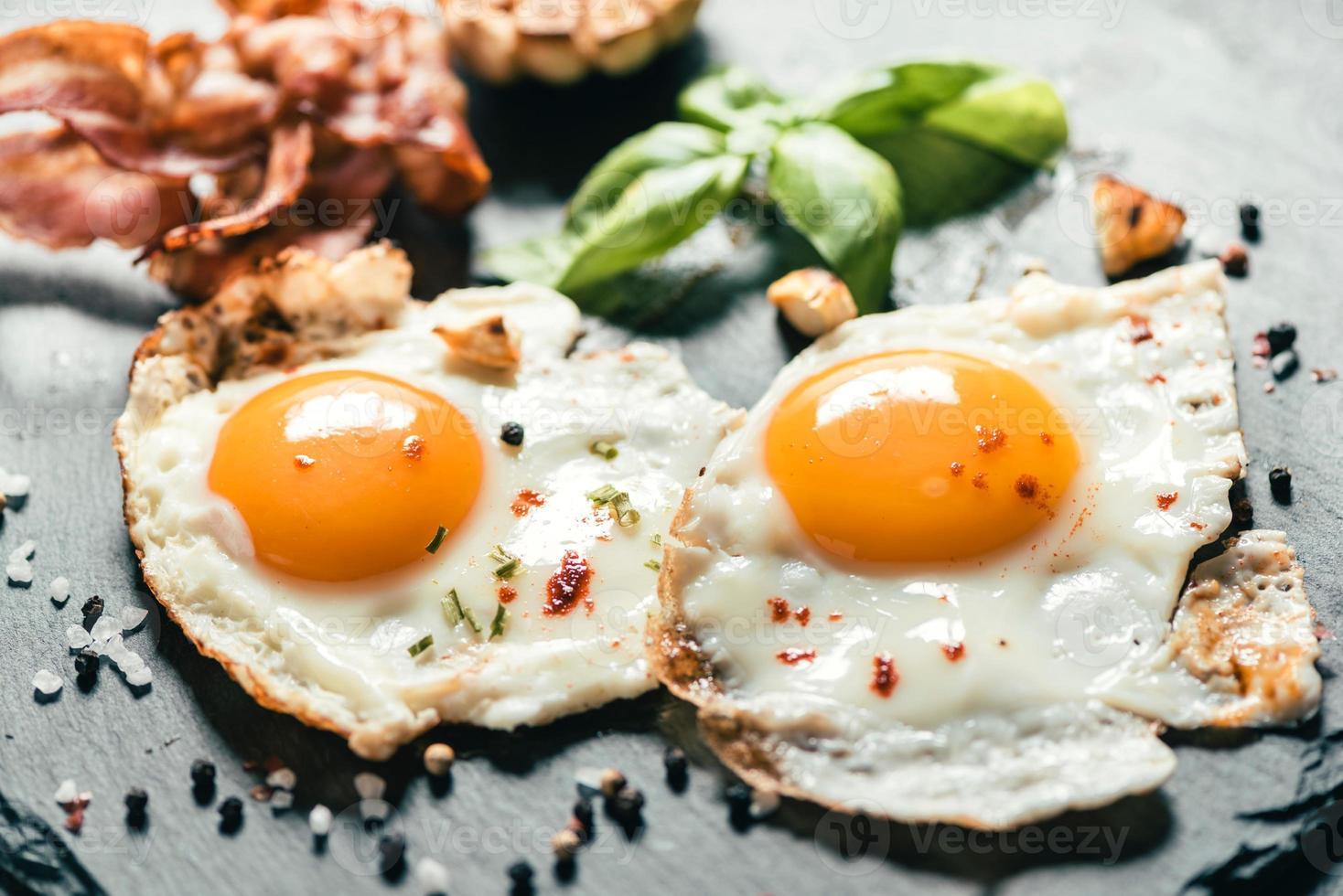 servido huevos fritos foto