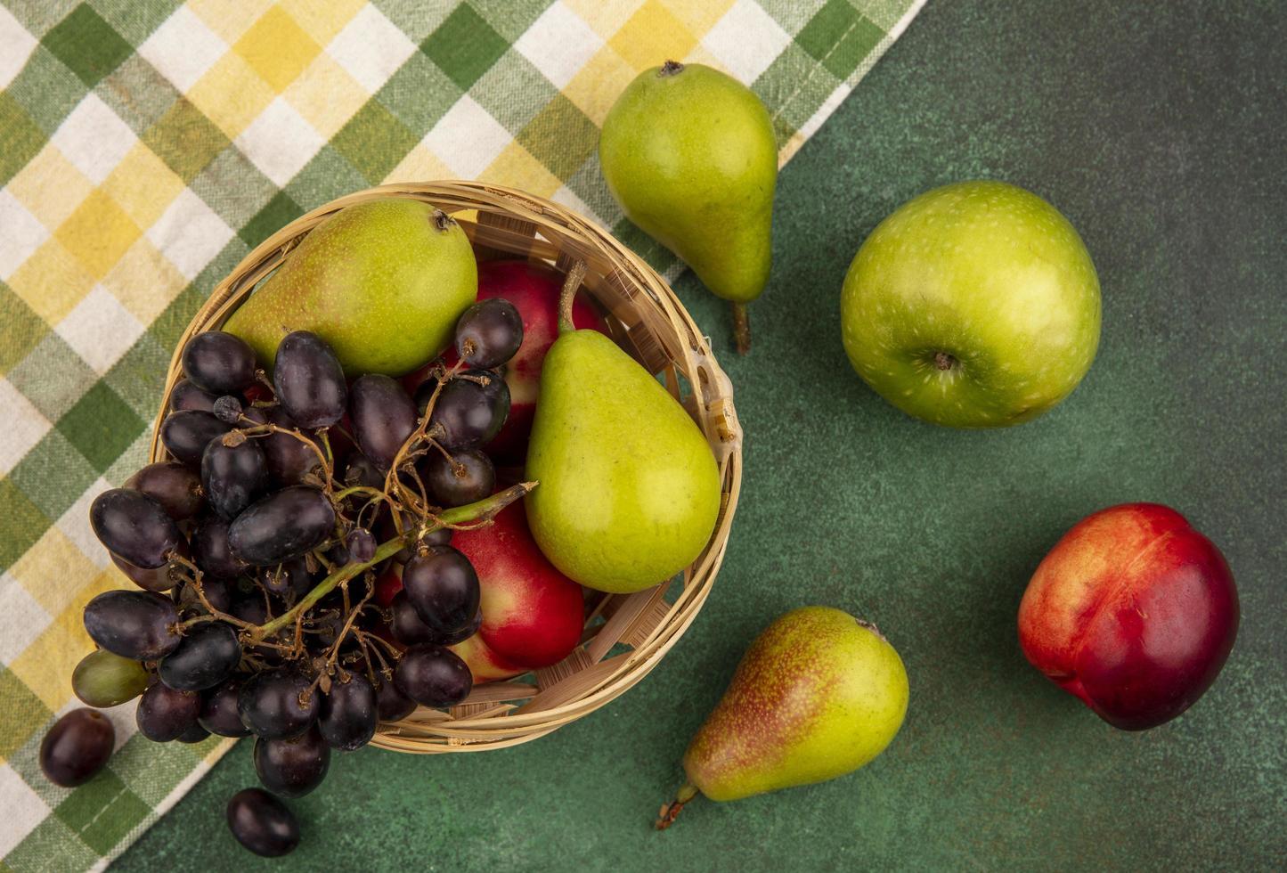 fruta variada sobre fondo verde foto