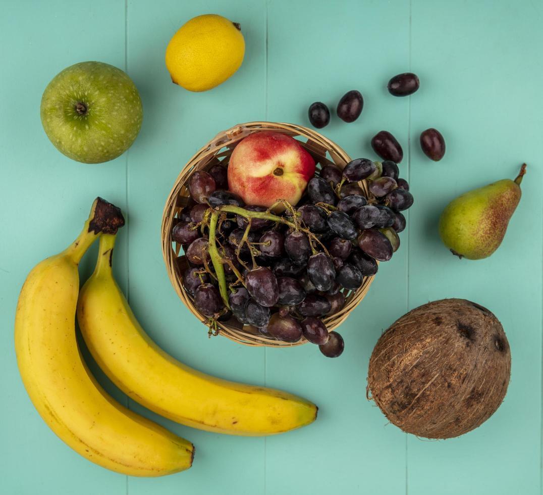 Surtido de frutas sobre fondo azul. foto