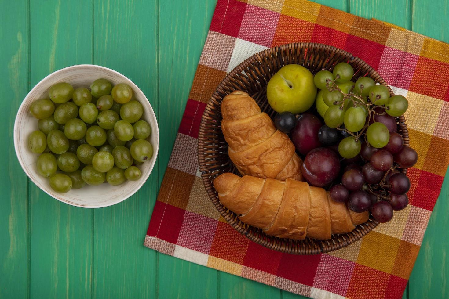 Surtido de frutas y pan sobre fondo de mediados de otoño foto
