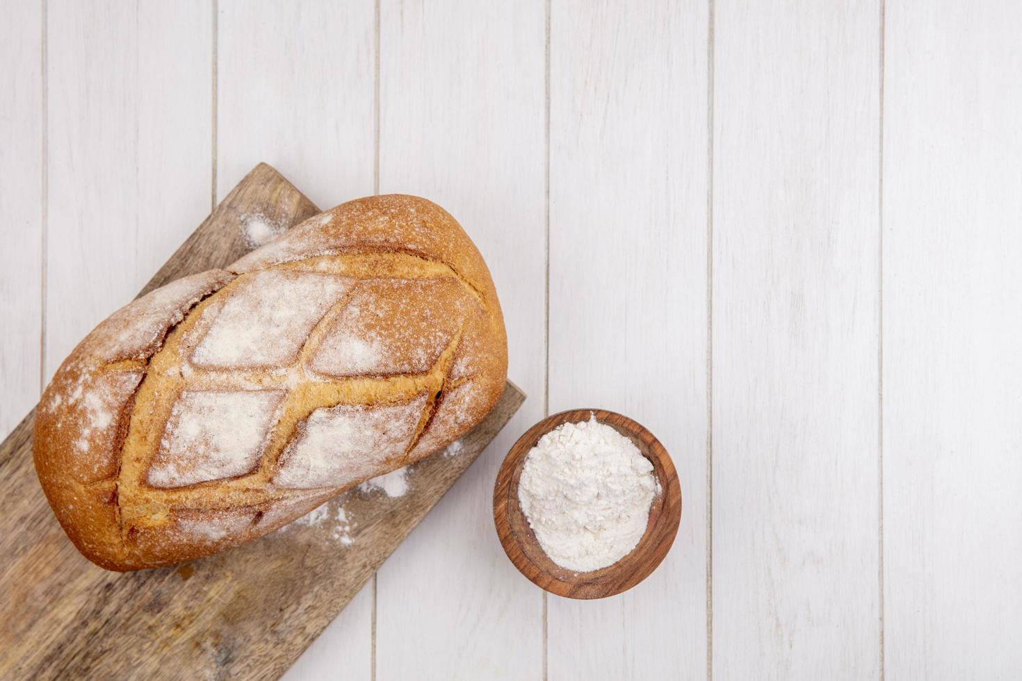 hogaza de pan fresco en la tabla de cortar foto