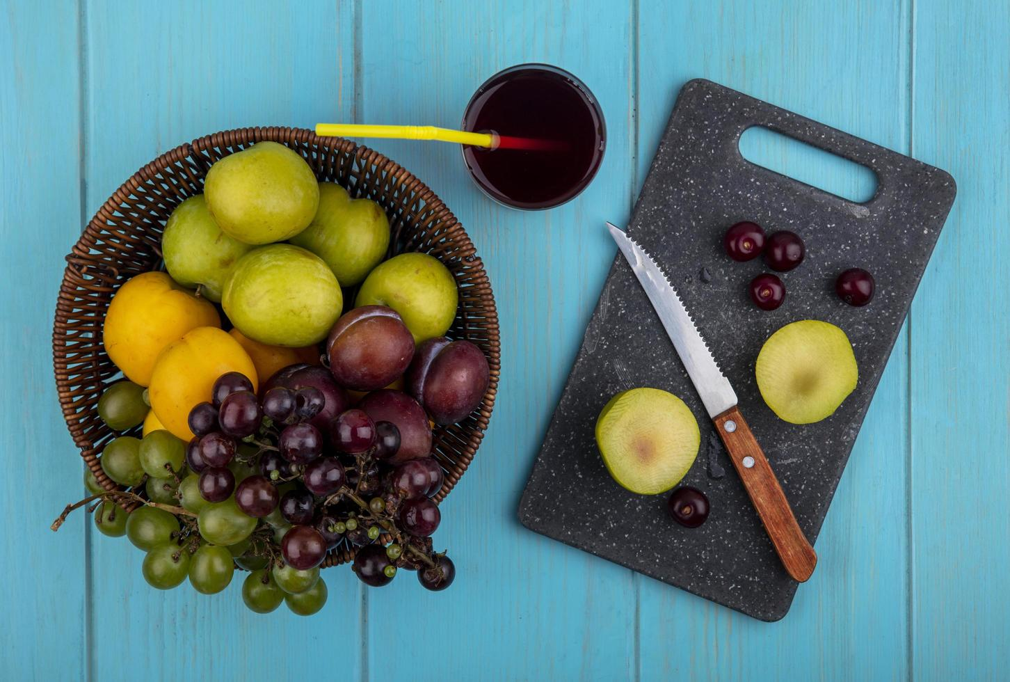 Surtido de frutas en rodajas sobre fondo azul. foto