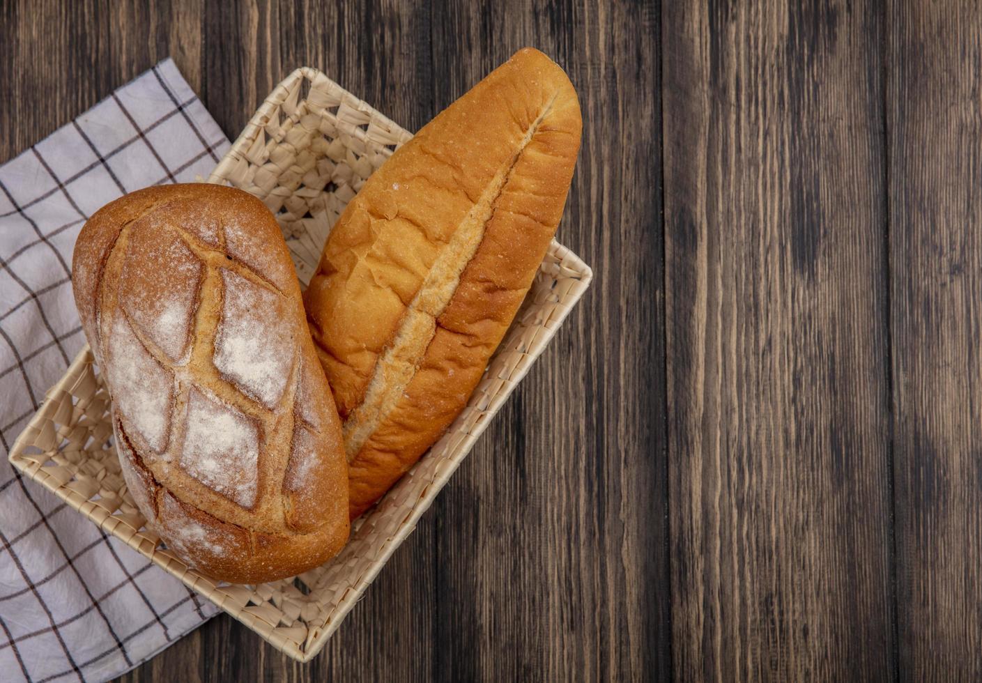 Pan surtido sobre fondo de madera con espacio de copia foto