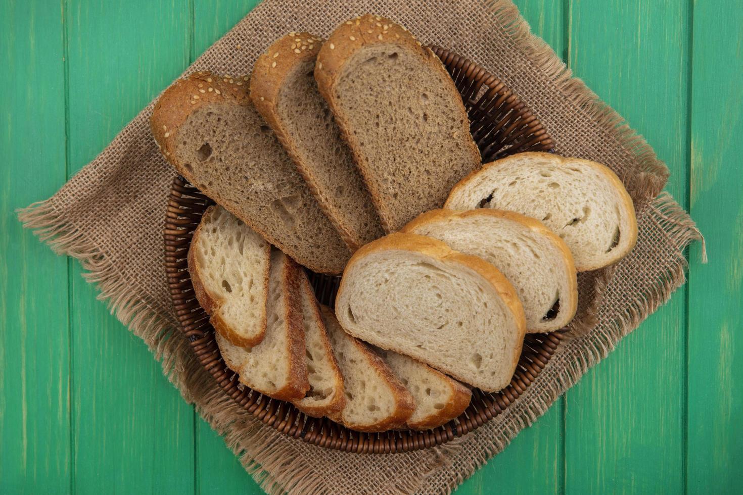 Pan surtido en cilicio sobre fondo verde foto