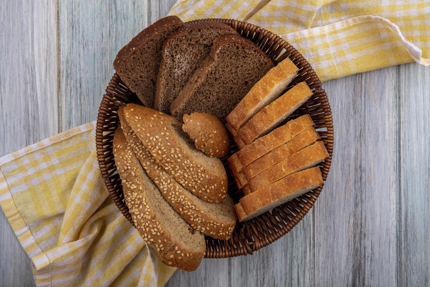 Pan en una canasta sobre fondo de madera foto