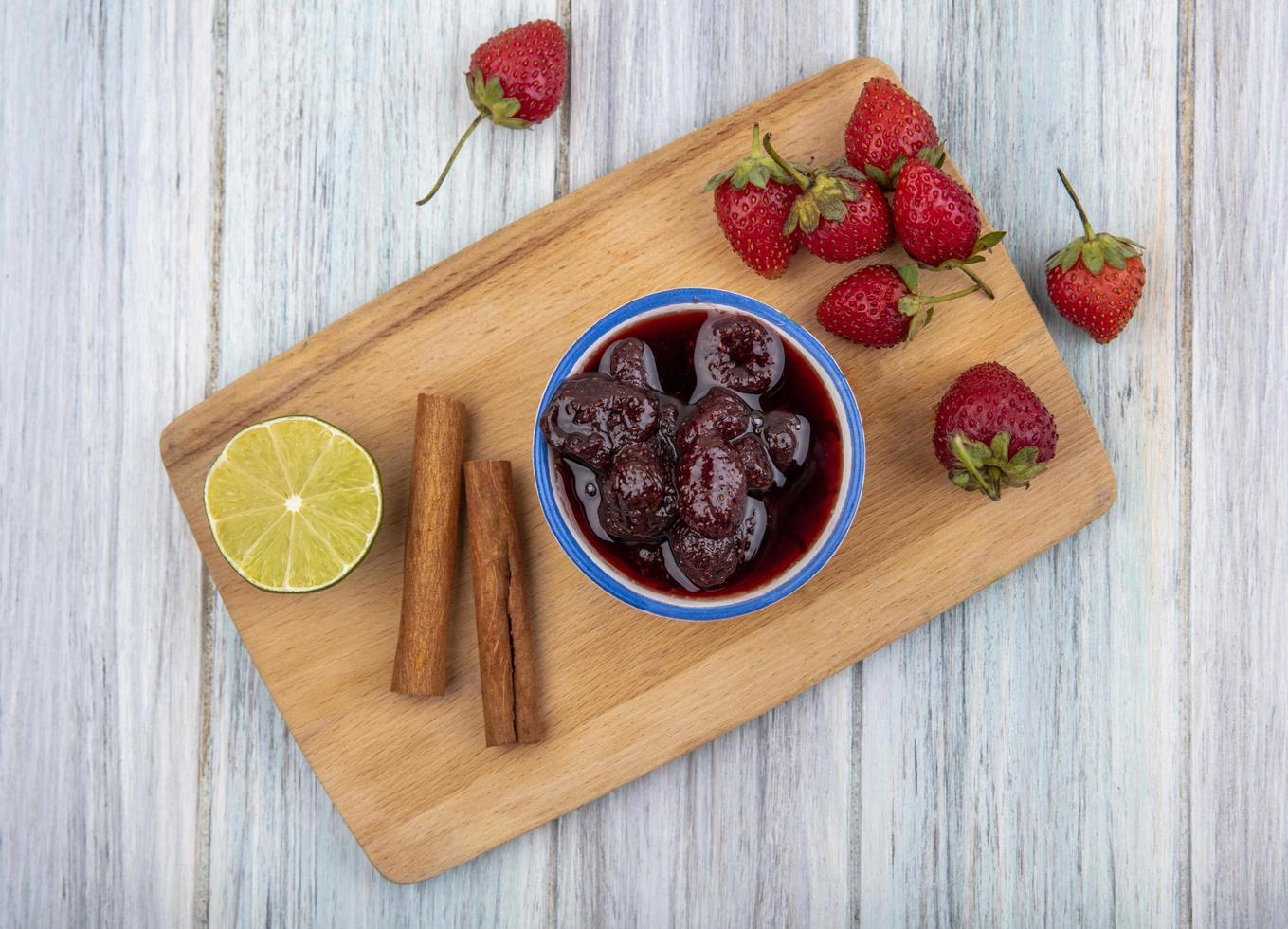 Fruta y mermelada sobre un fondo de madera gris foto