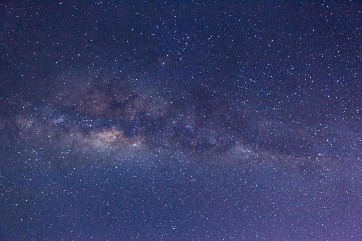 vía láctea en el cielo nocturno foto