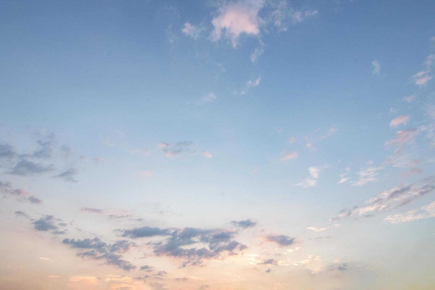 nubes azules y cielo al atardecer foto