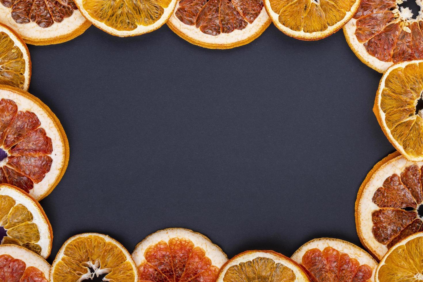 Vista superior de un bastidor de rodajas de naranja secas foto