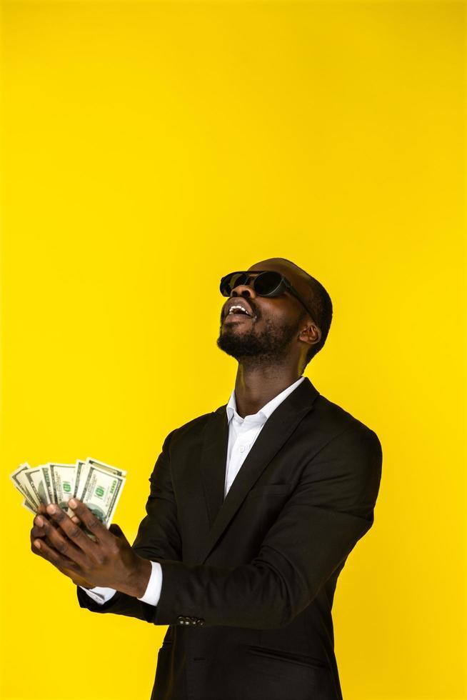 joven barbudo tiene dinero en ambas manos foto