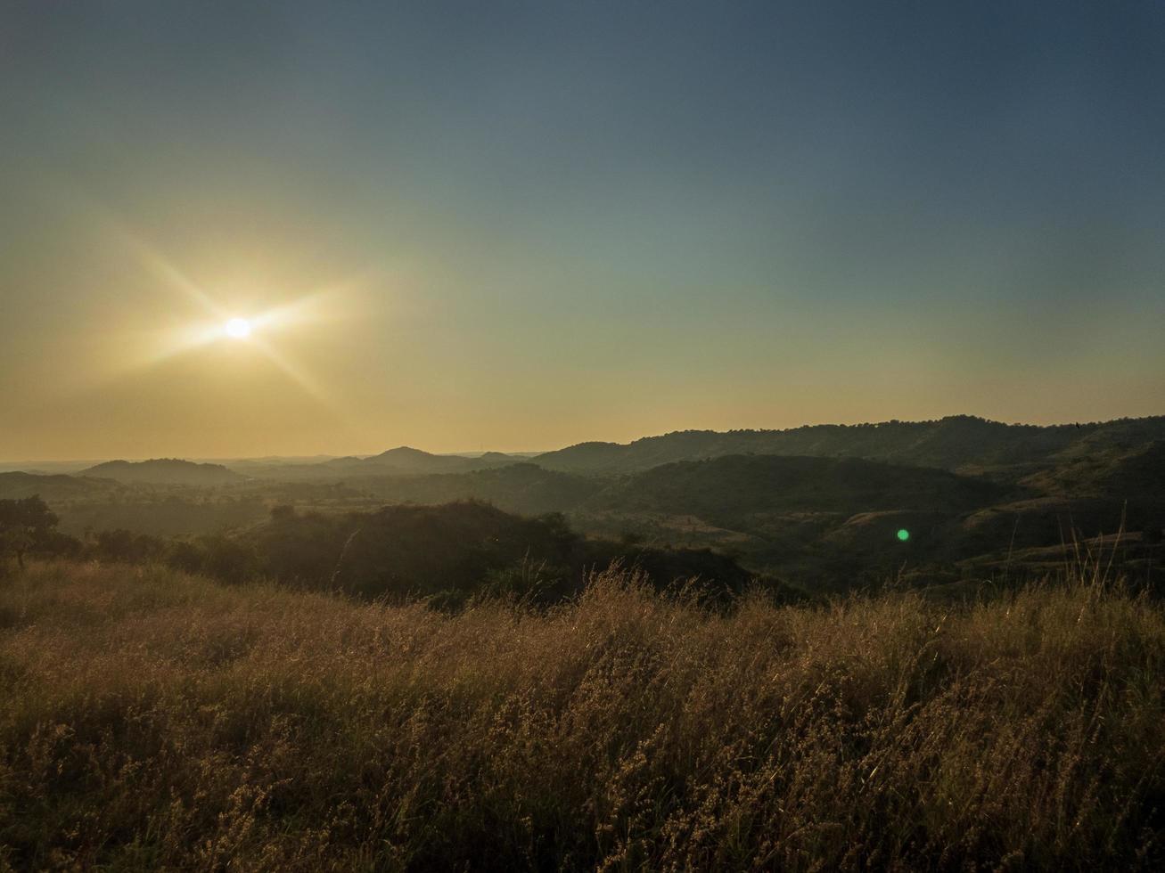 montañas durante la hora dorada foto