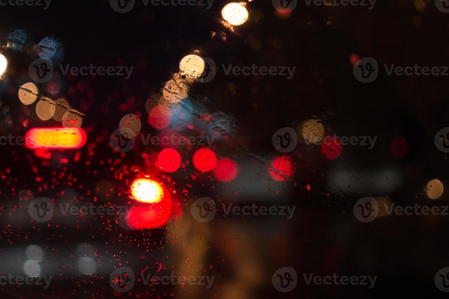 luces del coche bajo la lluvia foto