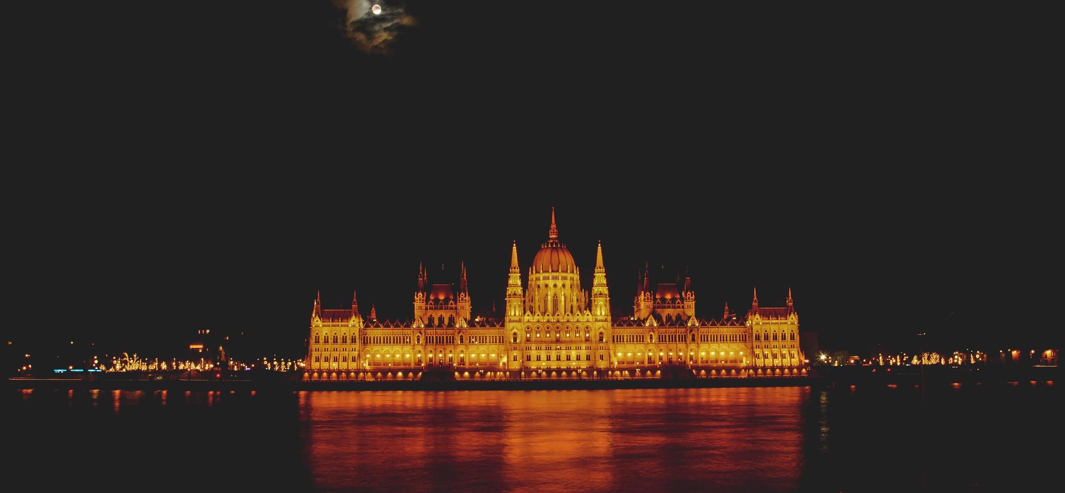 El edificio del parlamento húngaro en Budapest, Hungría foto