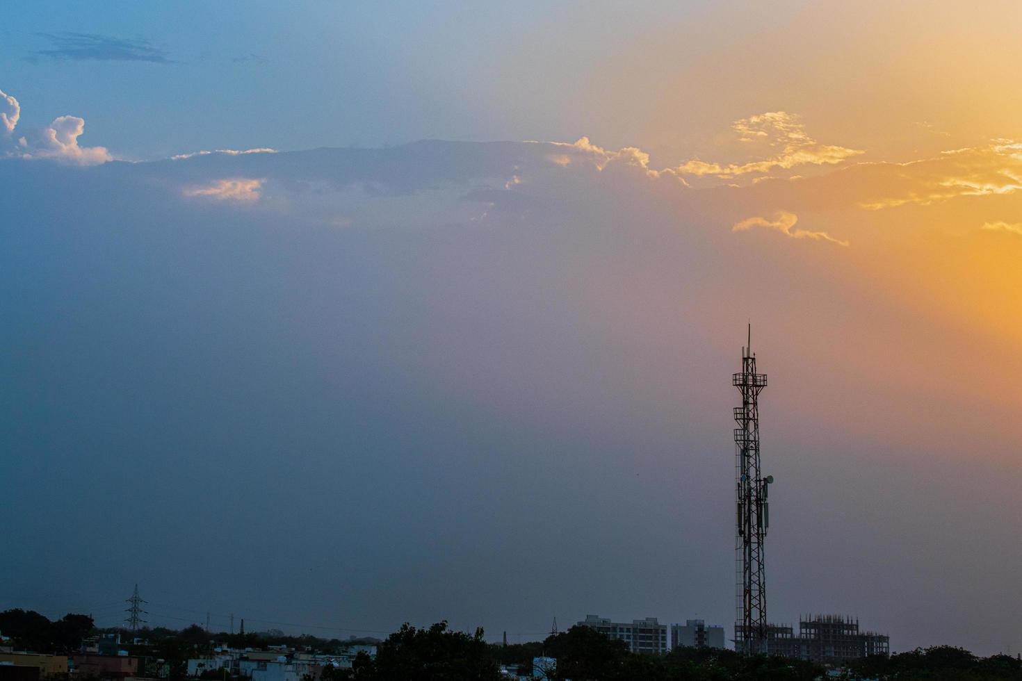 silueta de una torre de radio al atardecer foto