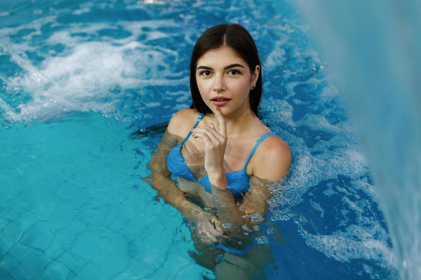 niña en una piscina foto
