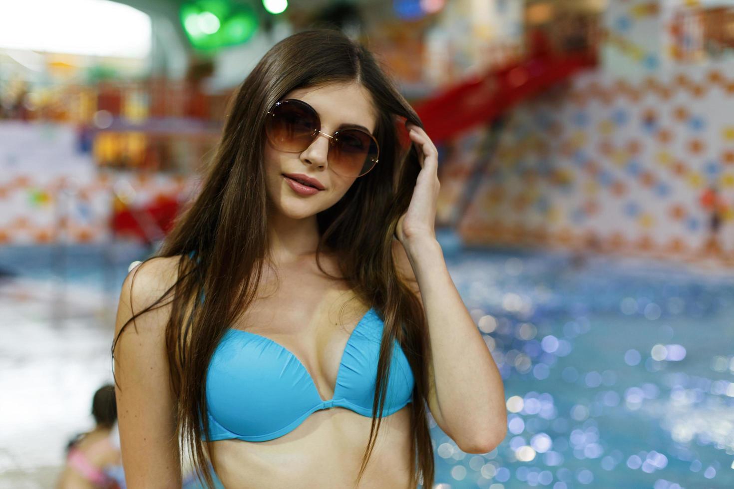 chica con gafas de sol en un parque acuático foto