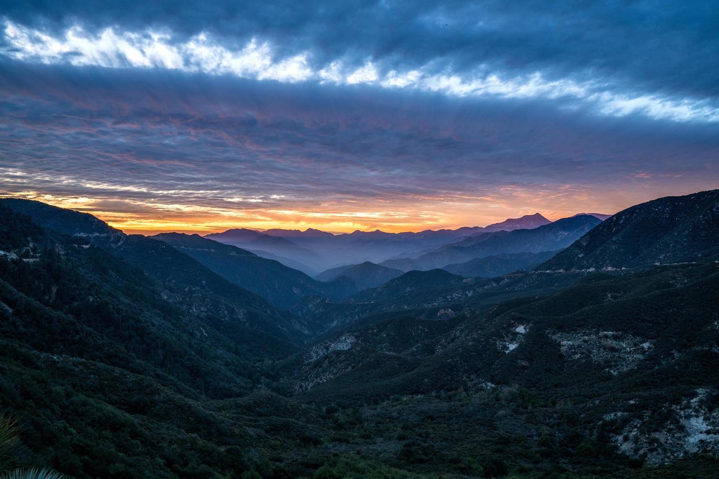 hermosa puesta de sol sobre las verdes montañas foto
