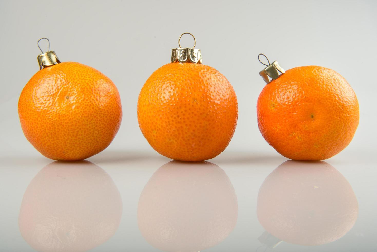 tres bolas de mandarina foto