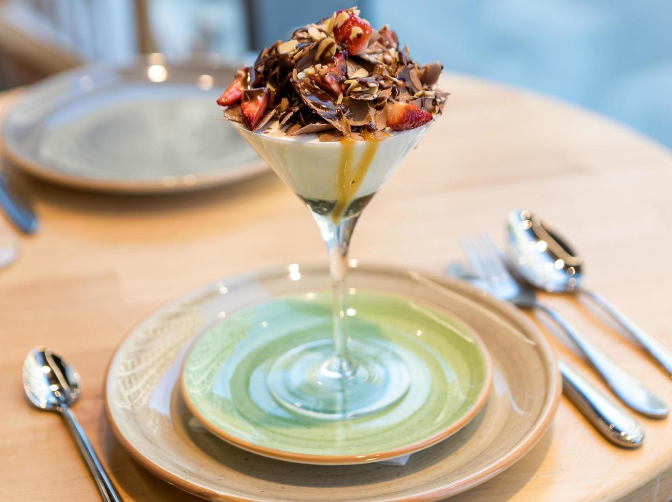 sabroso helado de chocolate en el vaso foto