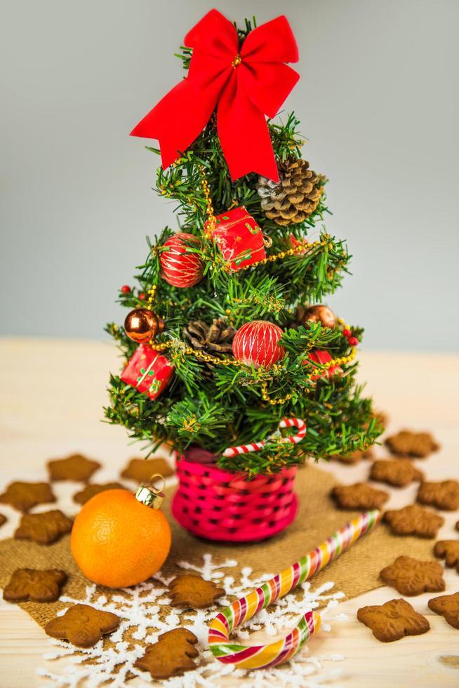 pequeño árbol de navidad con galletas de jengibre y dulces foto