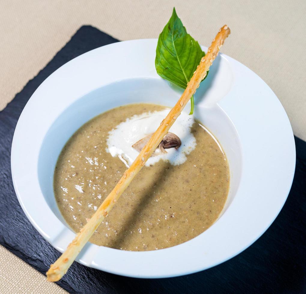 hermosa sopa de hongos foto