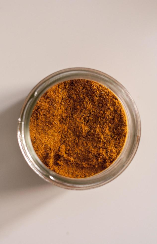 vista superior de un tarro de curry foto
