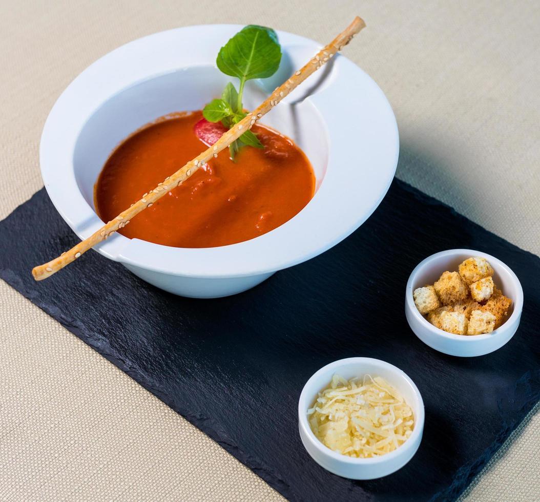 sopa de tomate rojo con pan rallado foto