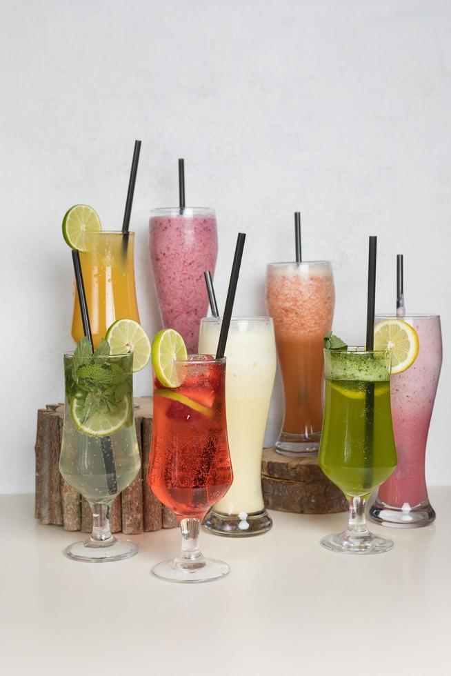 cócteles de jugo de frutas foto