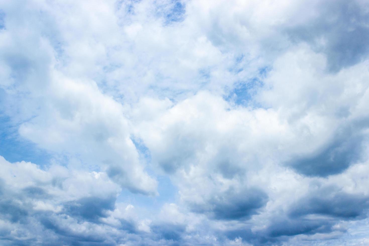 cielo azul y nubes blancas foto