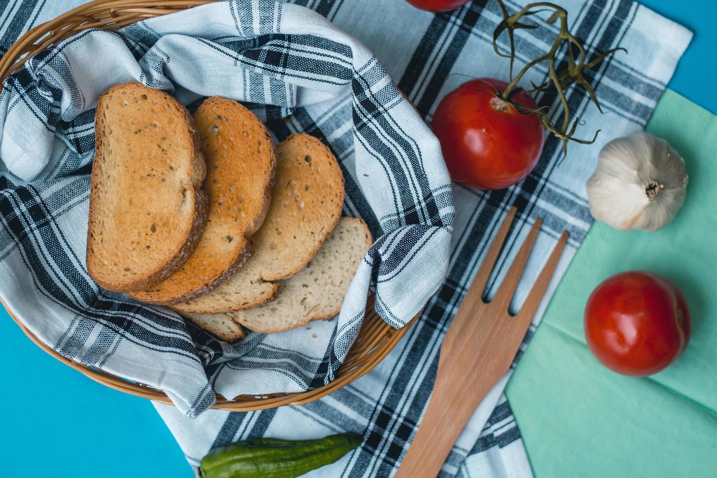 vista superior de una canasta de pan tostado foto