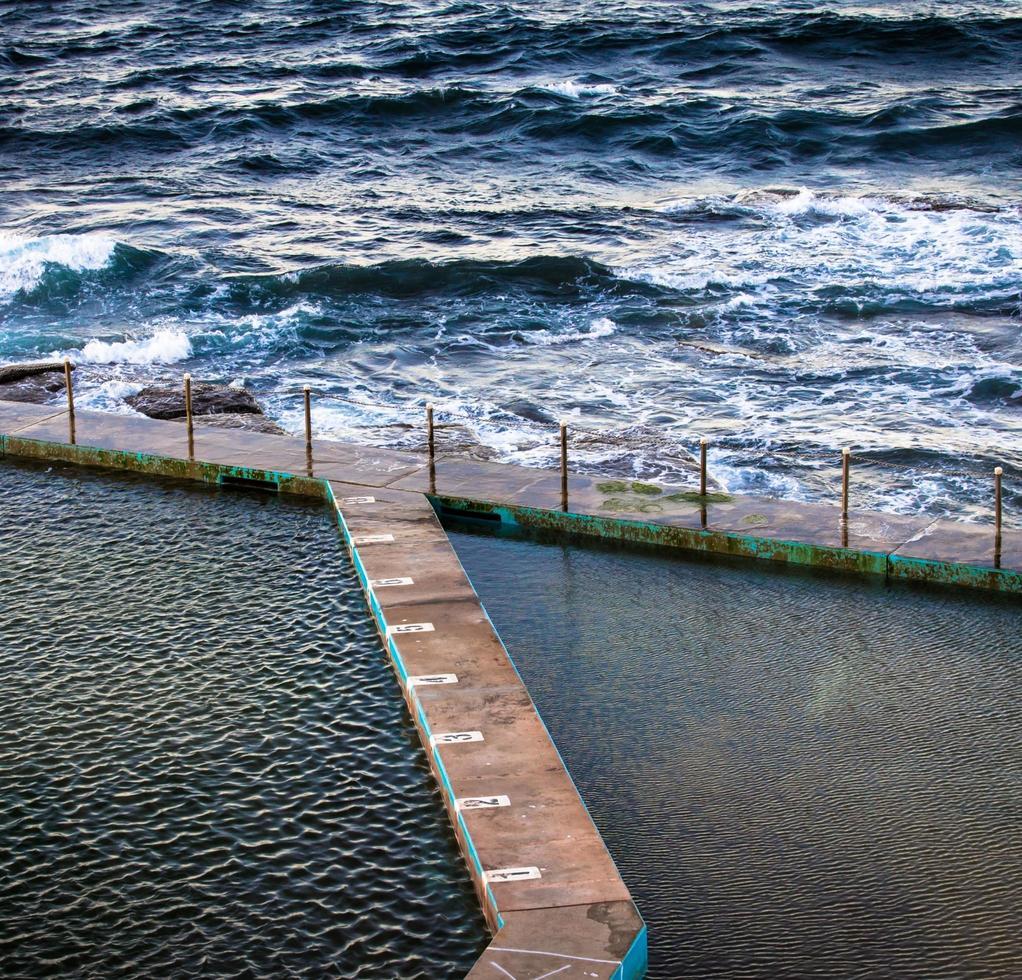 vista aérea del muelle y las olas. foto