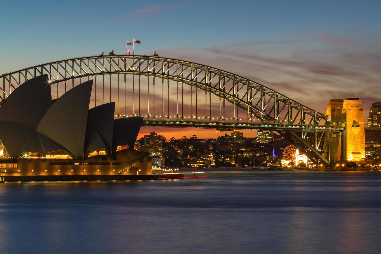 sydney, australia, 2020 - sydney opera house and bridge at night foto