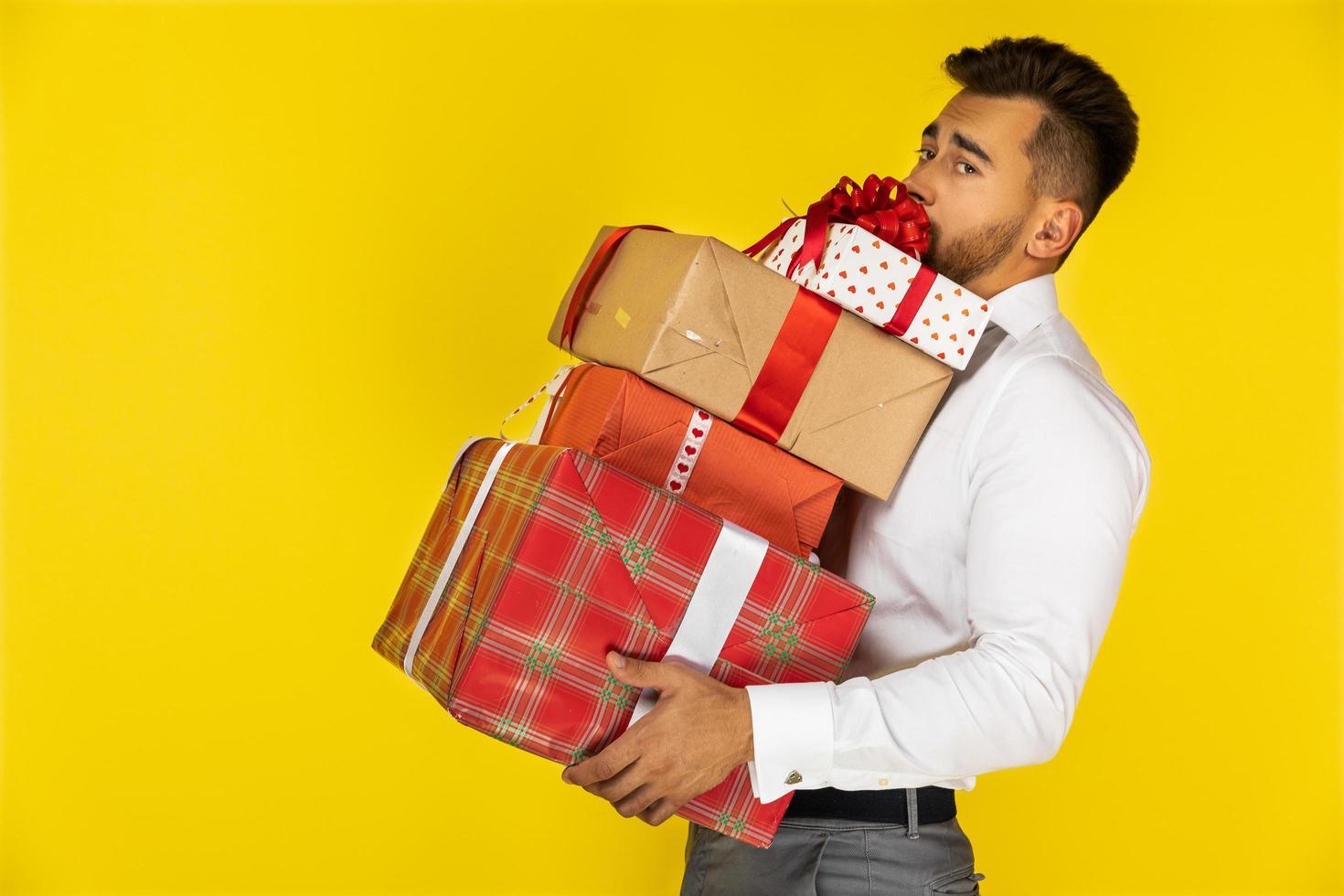 hombre sosteniendo regalos de navidad foto